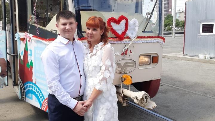 Вот так сюрприз! В Челябинске молодожёнов у загса встретил свадебный трамвай