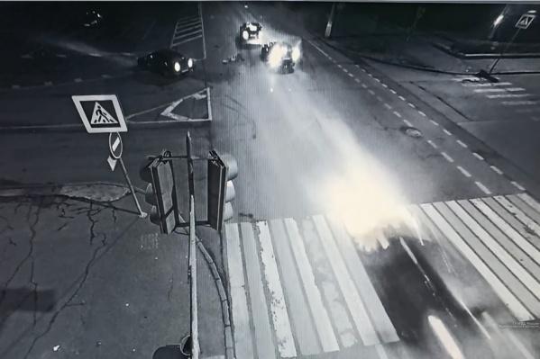 По предварительным данным, девушке, вылетевшей из машины на полном ходу, потребовалась помощь