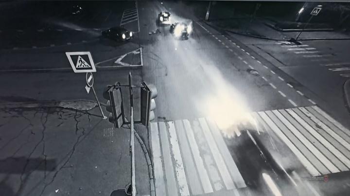 Пассажирка вылетела на дорогу: жесткое ДТП в центре Волгограда попало на видео