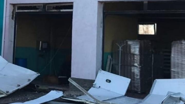 Врачи оказывают помощь четверым пострадавшим при взрыве в Володарском районе