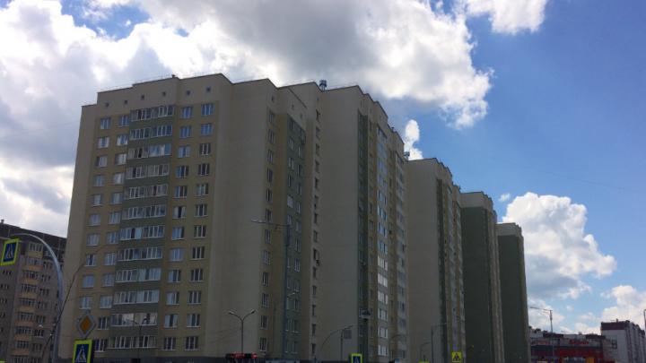 Жители тюменской многоэтажки сняли на видео, как неизвестный с пистолетом в руке избил девушку