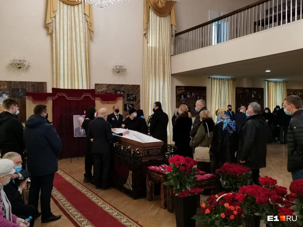 Кроме руководителей региона, бизнесменов, топ-менеджеров в зал пришло много простых сотрудников компании, где работал Алексей Рябцев