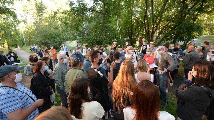 «Это не парк, а стройплощадка»: главное об акции против вырубки деревьев у Дворца молодежи