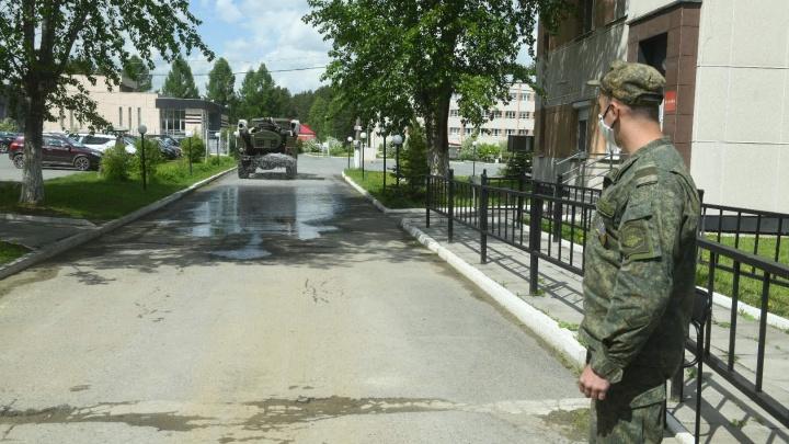 Долг Родине в эпоху пандемии: смотрим фоторепортаж о том, как свердловских новобранцев отправляют в армию