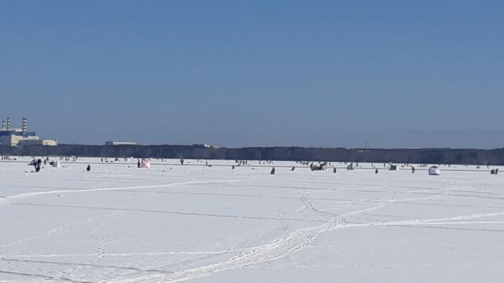 На Белоярском водохранилище две сотни рыбаков унесло на огромной льдине