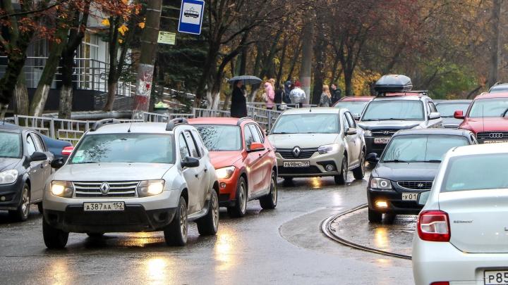 Пешком быстрее: Нижний Новгород замер в 10-балльных пробках из-за снега и дождя