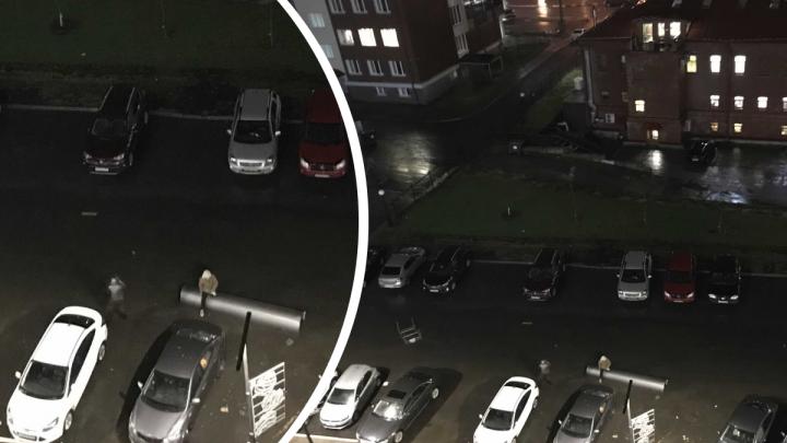Из-за усилившегося ветра на парковку в центре Архангельска вылетел кусок трубы — фотофакт