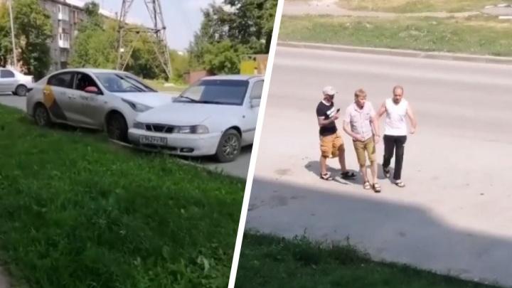 Пьяный таксист врезался в припаркованный седан и попытался сбежать — его поймали очевидцы