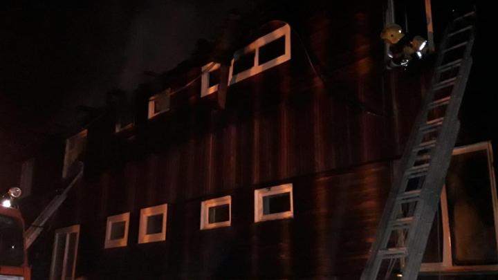 Пожарные шесть часов тушили деревянный 12-квартирный дом в крае