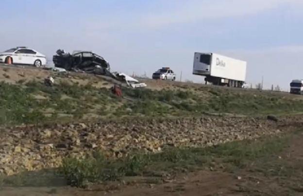 «Рядом с машиной лежало накрытое тело»: на трассе Волгоградской области столкнулись фура и «четверка»
