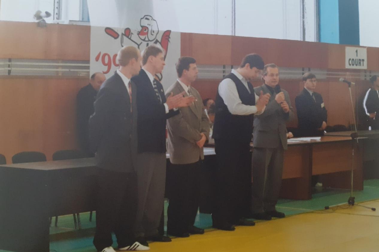 В 1990-е годы деловые костюмы получалось сочетать со спортивной обувью