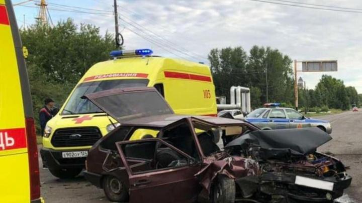 Вторая гибель подростка в аварии за сутки: ранним утром ВАЗ 2109 въехал в стену здания