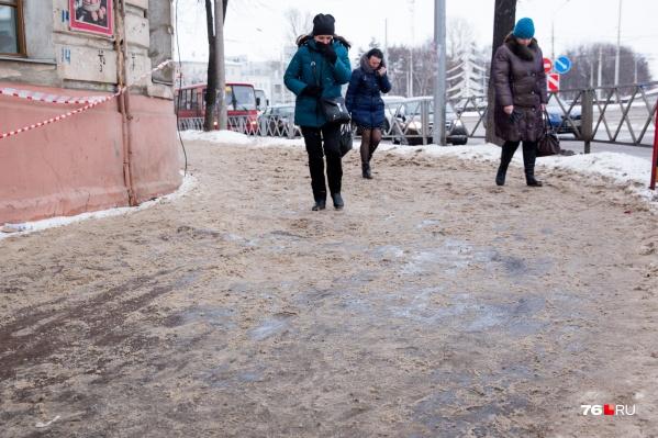 Из-за смены плюсовых и минусовых температур в Ярославле может быть скользко