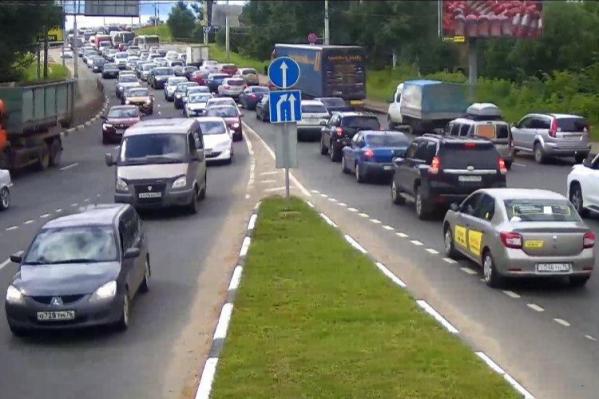 Легковушки, фуры и общественный транспорт поехали по Октябрьскому мосту