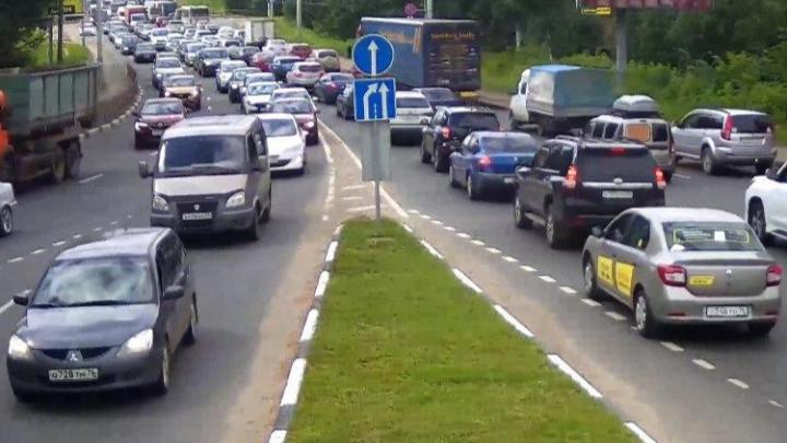 Из-за перекрывшей дорогу перевёрнутой фуры в Ярославле изменили маршруты общественного транспорта