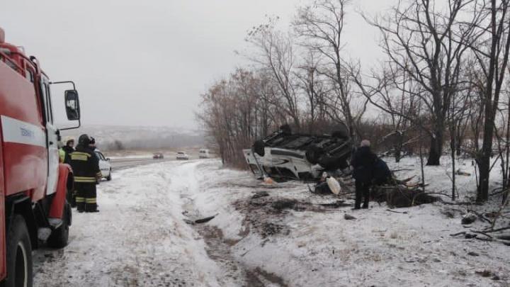 Микроавтобус с пассажирами перевернулся на заснеженной дороге в Ростовской области