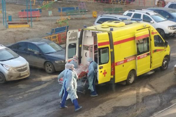 Пациентка, которую госпитализировали с соблюдением особых требований, была без сознания