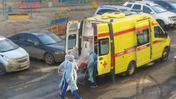 Реаниматологи в защитных костюмах увезли челябинку без сознания с домашнего карантина