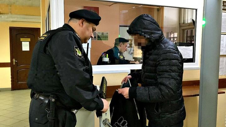 В Ярославле на заседание суда по делу о пытках в колонии принесли заряженный пистолет
