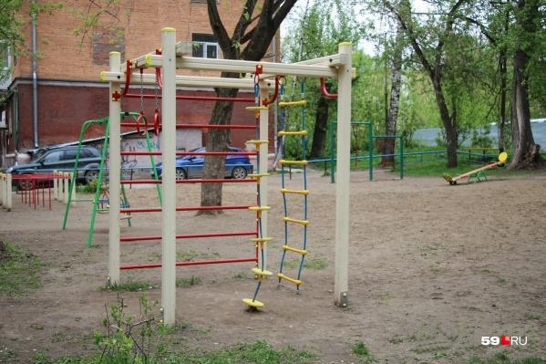 Детские площадки сейчас пустуют только по утрам
