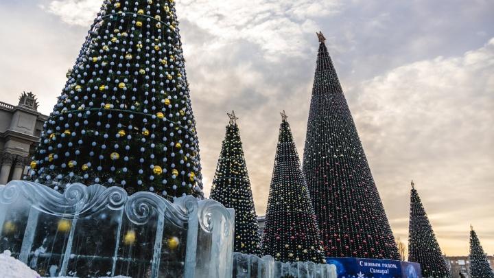 На площади Куйбышева установили фигуры Смешариков и ледяные заборы вокруг елок