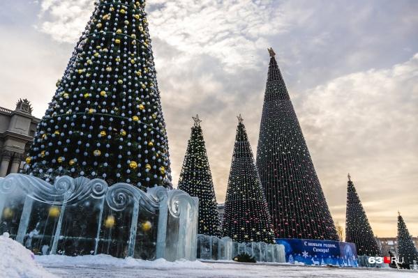 Теперь, судя по всему, на площади разместили все планируемые к Новому году украшения