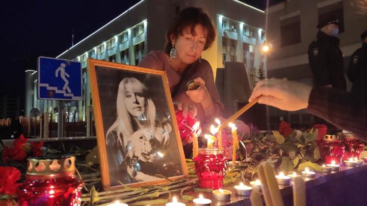 Цветы, свечи, десятки растерянных людей. Фоторепортаж NN.RU с места смерти Ирины Славиной