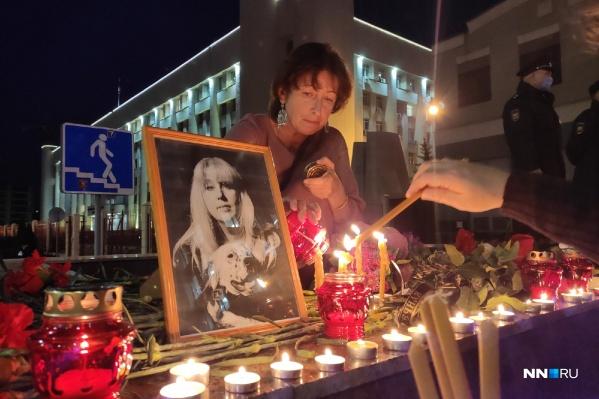 Люди несут свечи и цветы к месту смерти Ирины Славиной