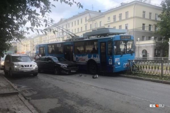 После столкновения с легковушкой троллейбус улетел в забор