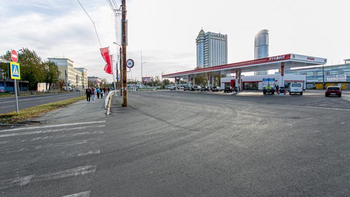 На заправке в Челябинске взорвалась машина, пострадал водитель