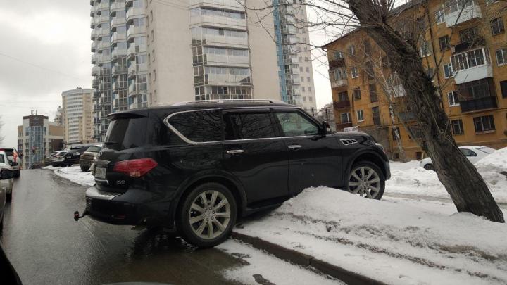 «Я паркуюсь как...»: в Екатеринбурге пытаются реанимировать закон против гряземесов