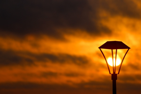 Яркое утреннее солнце похоже на лампу