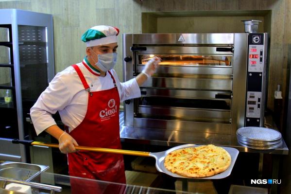 В заведении пекут быструю пиццу на тонком тесте