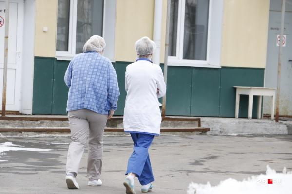 """Медикам в областной больнице, которые работают с коронавирусными больными, также с сегодняшнего дня <a href=""""https://29.ru/text/health/69241549/"""" target=""""_blank"""" class=""""_"""">будут оплачивать горячее питание</a>"""