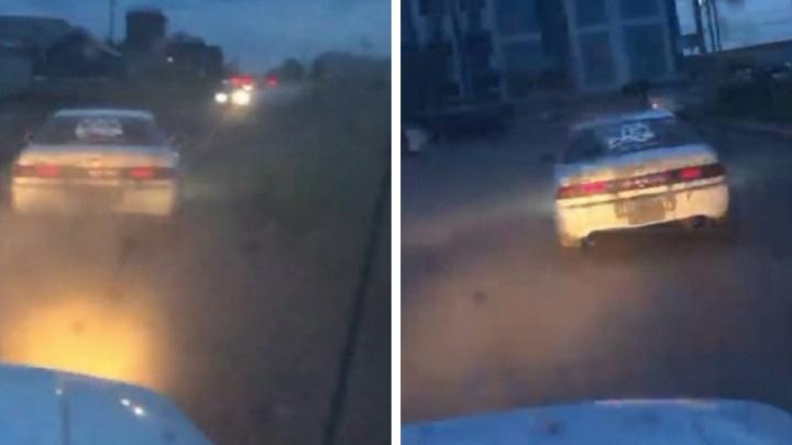 Погоня полицейских за пьяным водителем в Татарске попала на видео — машина врезалась в витрину магазина