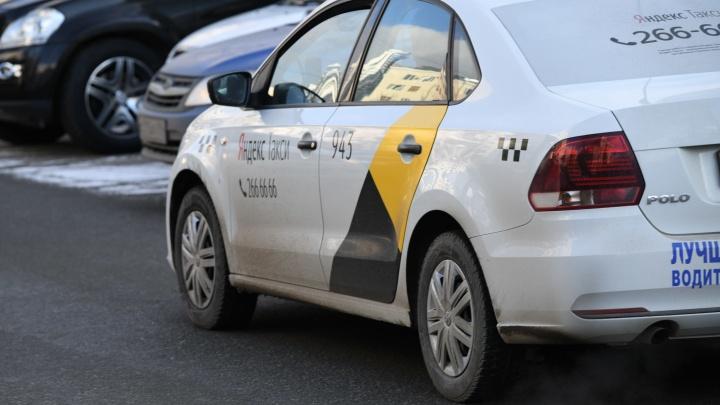 В Екатеринбурге водитель такси после ДТП высадил ребенка c поврежденным позвоночником из машины
