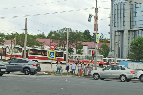Все трамваи остановились на кольце около остановки «Завод имени Тарасова»