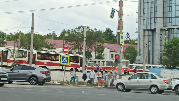 И всё на том же месте: в Самаре трамвай № 24 сошёл с рельсов у ТЦ «Апельсин»