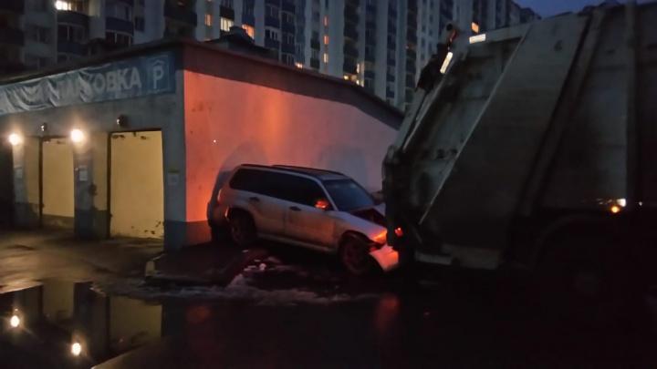 В Октябрьском районе грузовик сдавал назад и протаранил припаркованную машину