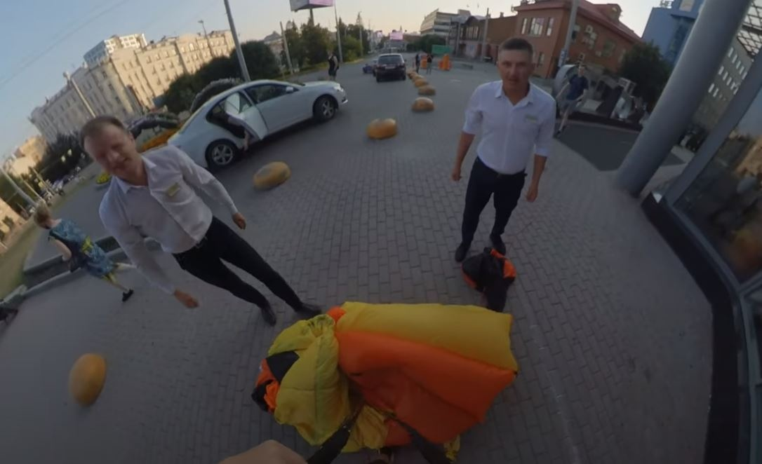 Охрана даже помогла экстремалу собрать парашют