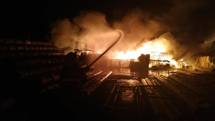 Из-за угрозы взрыва пожарным приходится работать из укрытия: под Екатеринбургом горит пилорама
