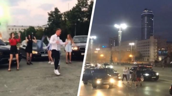 Дорожное видео недели: танцы на перекрытой дороге, эффектный переворот и лобовое с фурой