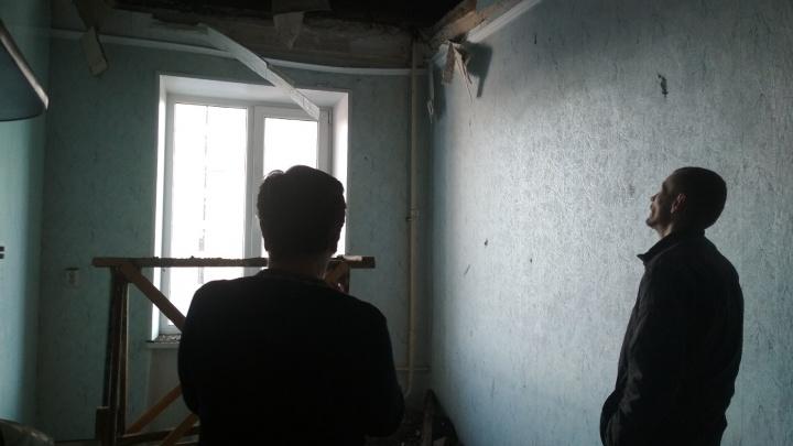 «Всё гнилое, крыша течёт круглый год»: в челябинской пятиэтажке обвалились перекрытия