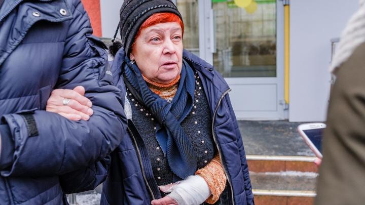 Пермячка, сломавшая руку из-за ледяного дождя в прошлом году, ищет свидетеля ее падения