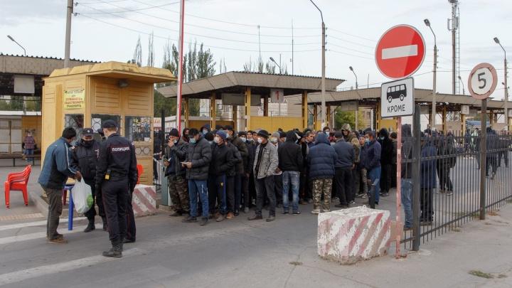«Завтра приедет еще тысяча узбеков»: в Волжском готовят к отправке второй поезд в Ташкент