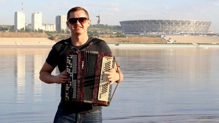 «Люди благодарили за неожиданный концерт»: волгоградский баянист сыграл на пляже летний хит