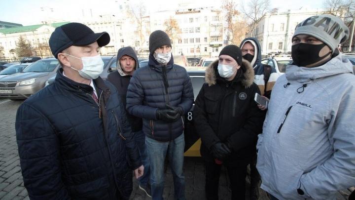 Таксисты против «коронавирусных» экранов: прямой эфир от здания свердловского правительства