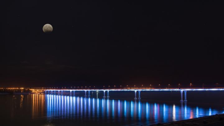 В Волгограде «танцующий мост» синим отметит Всемирный день туризма