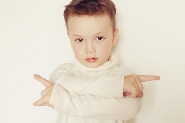 Глебу всего пять лет. Его родители уверены, что их сын сможет победить