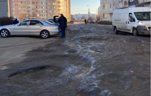 В Ярославле дороги покрылись ледяными кратерами. Власти назвали причину